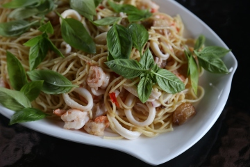 seafood alio olio spaghetti with white wine
