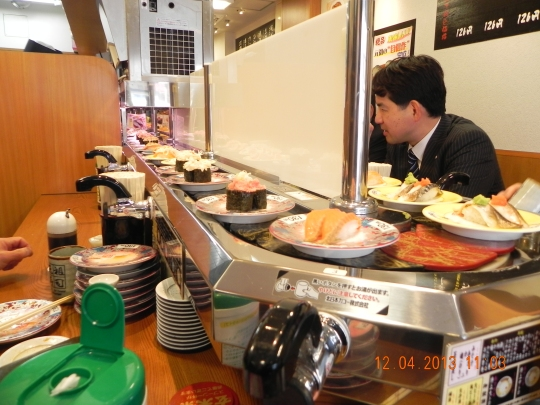 kaiten sushi at corner from Shinjuku South Exit to Sunroute Hotel