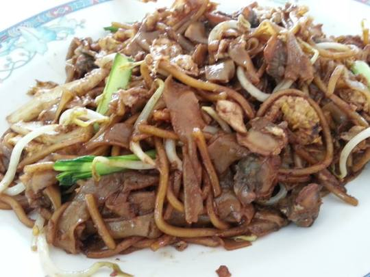 char kuay teow (fried noodles with cockles)