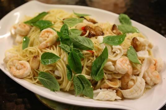 seafood alio olio spaghetti with white wine sauce
