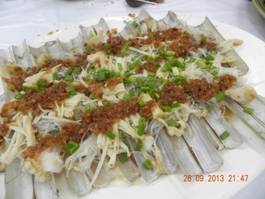 razor clams steamed with minced garlic & tanhoon