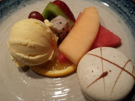 dessert=macaron,fruits & vanilla ice cream