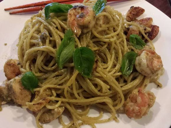 pesto spaghetti with prawns & chicken