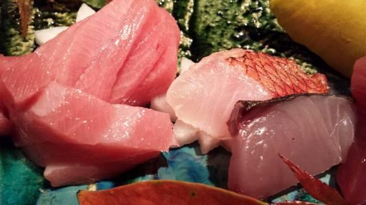 #5 sashimi moriawase = chutoro, sawara (spanish mackerel), kinmedai 金目鯛(golden eye snapper)
