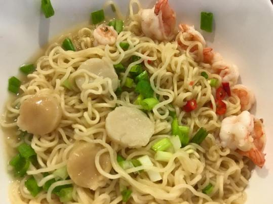 cheap instant noodles with prawns & scallops
