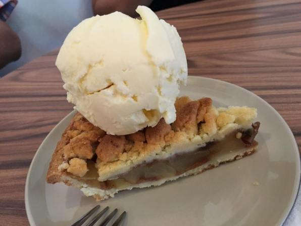 apple crumble with ice cream