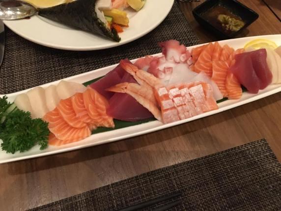 sashimi moriawase = kajiki, sake, tako, sake toro, maguro