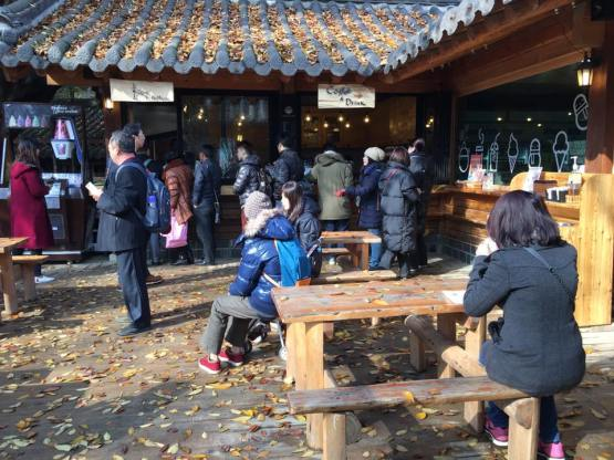 queue for red bean fried pastry nami Island 남이선 南怡岛