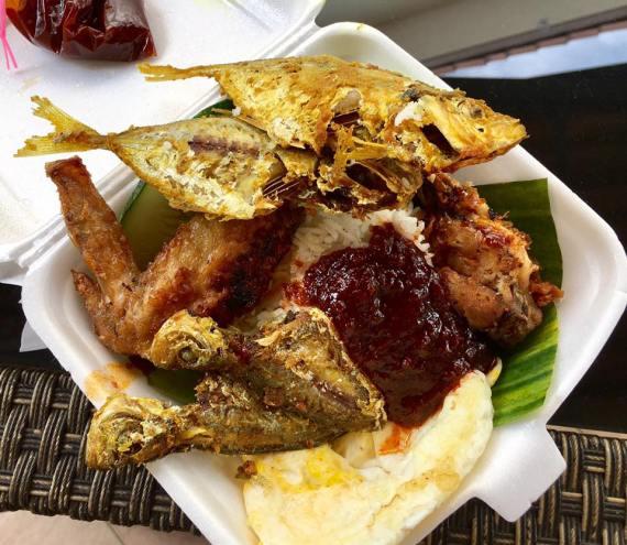 S$5 fish + wings = 4 ikan kuning, 1 chicken wing, 1 egg, ikan bilis, kachang