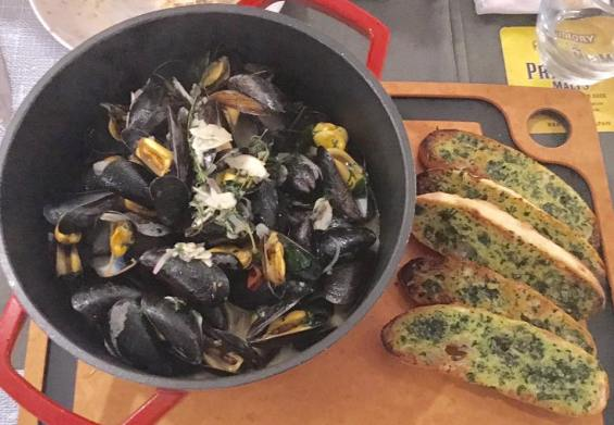 mussels pot with garlic toast