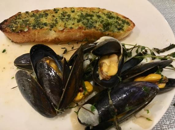 mussels with garlic toast