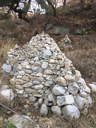 piles-of-stones-by-bored-hikers