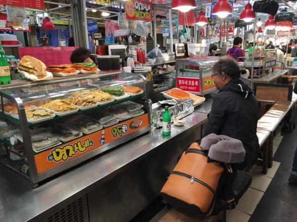 seafood pancake stall at gwangjang market 광장시장