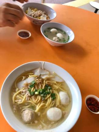 kuay teow mee soup and dry noodles